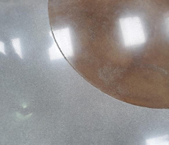 Encres et patines pour logos sur sol poli coloration